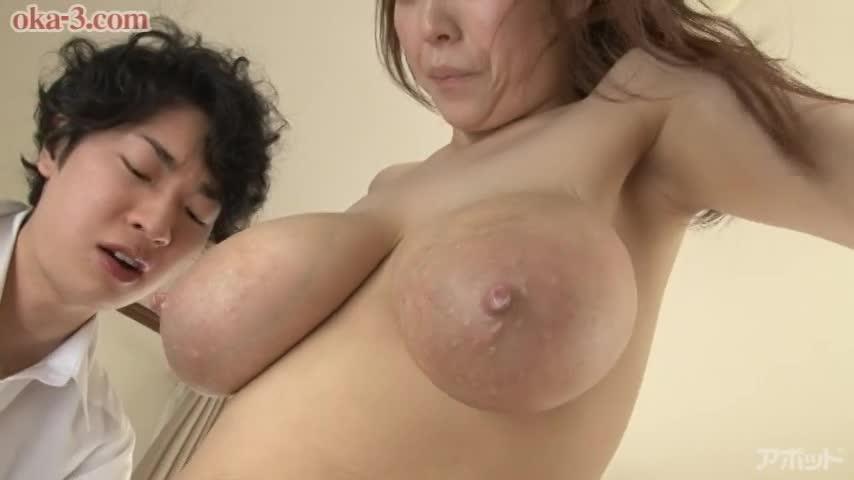 【エロ動画】桜木美央の豊乳から溢れる母乳のエロ画像1枚目